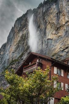 Gemütliches kleines haus und wasserfall im schweizer alpenbergchalet im lauterbrunnental schweiz