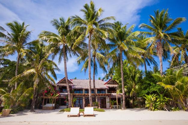 Gemütliches kleines hotel in einem tropischen, exotischen resort