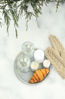 Gemütliches konzept mit champagner und croissant im freien im winter