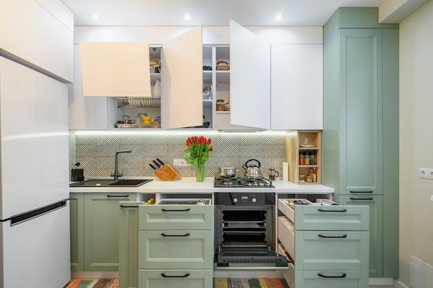 Gemütliches modernes kücheninterieur einige schubladen herausgezogen