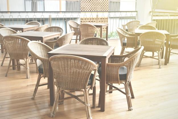 Gemütliches restaurant mit holztischen und stühlen für den kundenservice.