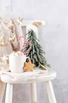 Gemütliches skandinavisches einfamilienhaus an einem heiligabend. weihnachtskonzept, dekoration über schmutzhintergrund.