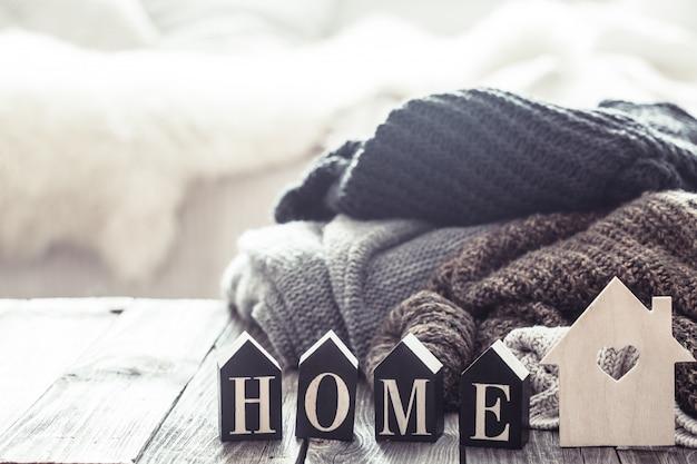 Gemütliches stillleben mit pullovern und briefen nach hause
