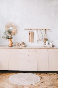 Gemütliches, stilvolles kücheninterieur im rustikalen stil