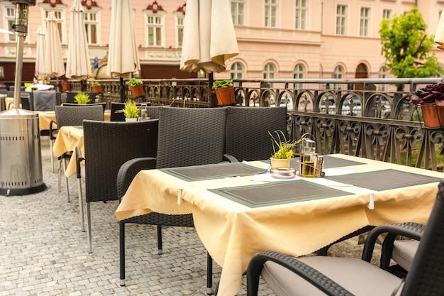 Gemütliches straßencafé mit rattanmöbeln, karlsbad, tschechische republik, europa.