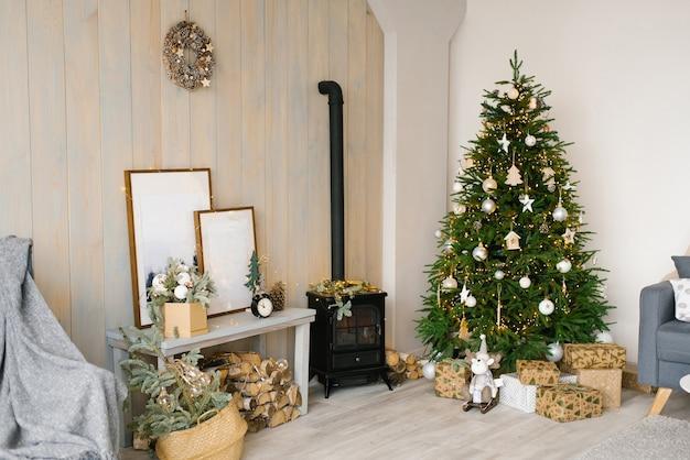 Gemütliches weihnachtsinnenwohnzimmer. rustikales wohndesign für warme innenräume. modernes cottage-wohnzimmer-dekor mit holzwand und möbeln. skandinavischer stil.