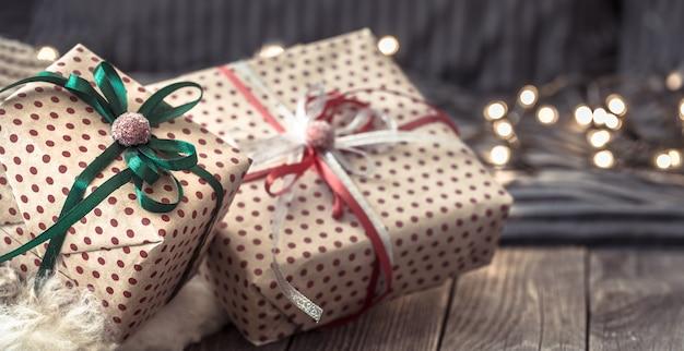Gemütliches weihnachtsstillleben in gemütlicher atmosphäre auf einem holztisch.