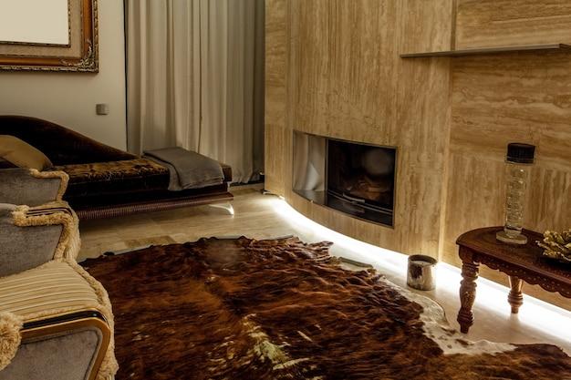 Gemütliches wohnzimmer mit kamin in marmorwand-wohnmöbeln und naturpelzboden