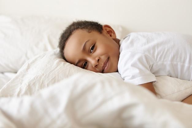 Gemütlichkeit, glückliche kindheit, entspannung und schlafkonzept.