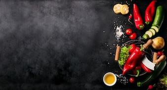 Gemüse auf der linken Seite von einem schwarzen Schiefer