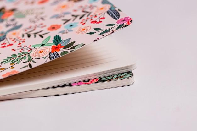 Gemusterte notizbücher auf weißem hintergrund