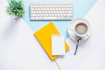 Gemütlicher Arbeitsplatz mit buntem Tagebuch und Kaffee