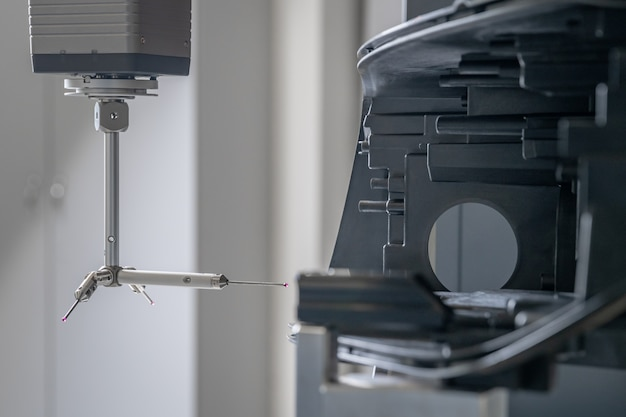 Genaue 3d-messung von kunststoffgussteilen auf einer modernen maschine für die automobilindustrie, computergesteuert, programmindustrie 4.0