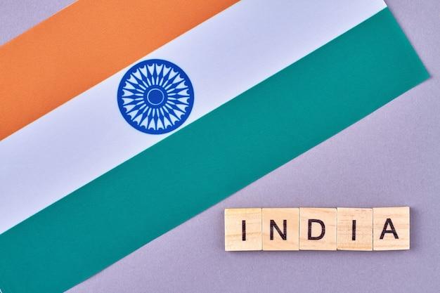 Genaue flagge von indien mit drei farben. grün, weiß und orange mit blauem rad in der mitte. auf lila hintergrund isoliert.