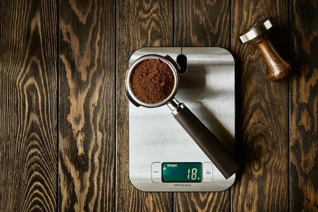 Genaue waage und siebträger mit gemahlenem kaffee