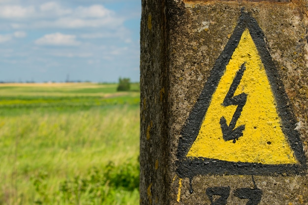 Generisches hochspannungs-gefahrenzeichen-warnsymbol