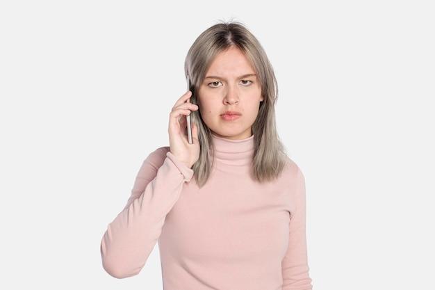 Genervte junge frau bei einem anruf