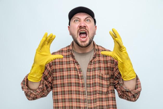 Genervter slawischer putzmann mit gummihandschuhen, der die hände offen hält und aufschaut