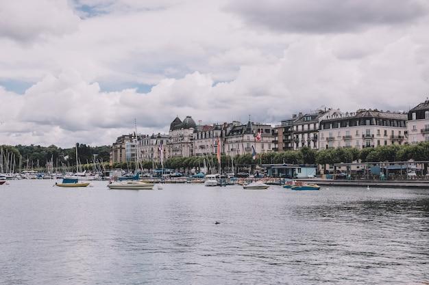 Genf, schweiz - 1. juli 2017: blick auf den genfer see und die stadt genf, schweiz, europa. sommerlandschaft, sonnenscheinwetter, dramatischer bewölkter himmel