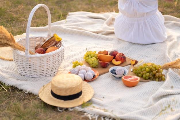 Genießen sie an einem warmen sommertag ein picknick bei sonnenuntergang.