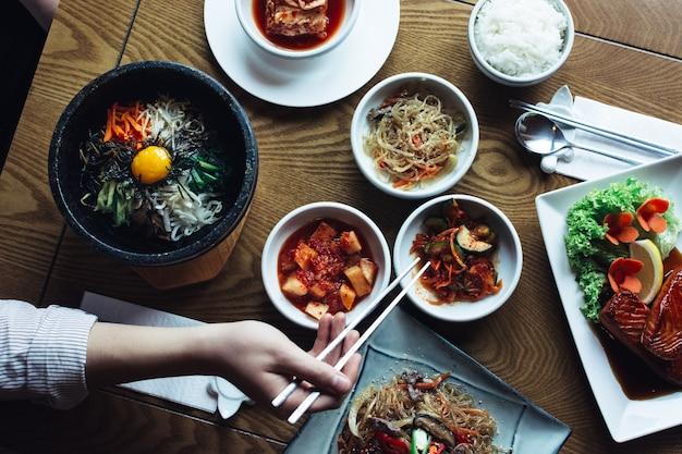 Genießen sie bibimbap, kimchi und andere traditionelle koreanische gerichte