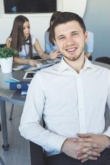 Genießen sie den mann, der im büro sitzt, es ist freitag, die wochenenden kommen. letzter arbeitstag im büro