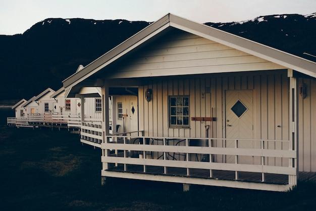 Genießen sie die mitternachtssonne auf der veranda eines norwegischen holzbungalows