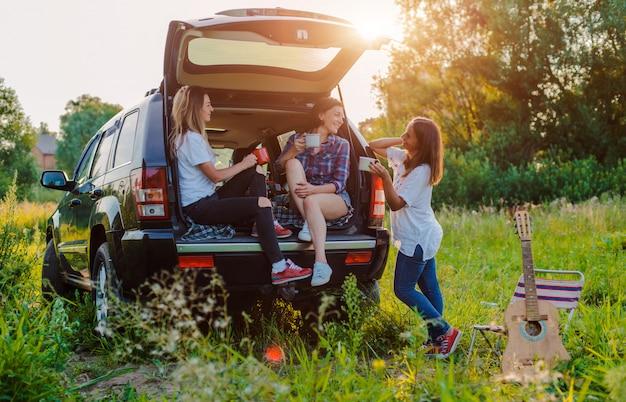 Genießen sie die ruhe und knüpfen sie mit ihren besten freunden ein picknick.