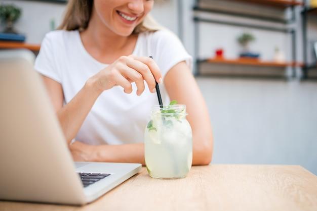 Genießen sie limonade oder mojito mit dem laptop.