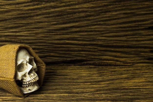 Genozide, schädel auf hölzernem hintergrund