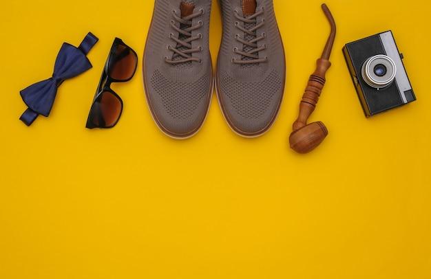 Gentleme schuhe und accessoires auf gelbem hintergrund mit kopienraum. ansicht von oben
