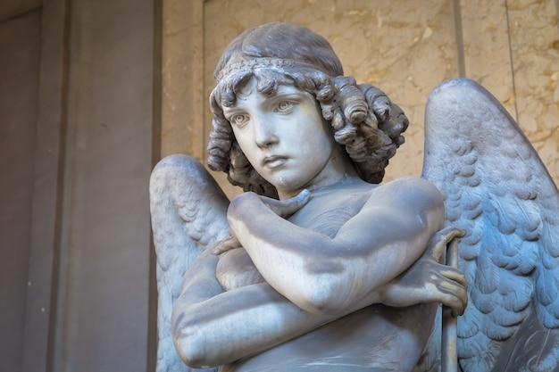 Genua, italien - circa august 2020: engelsskulptur von giulio monteverde für das oneto-familiendenkmal auf dem friedhof staglieno, genua - italien (1882)