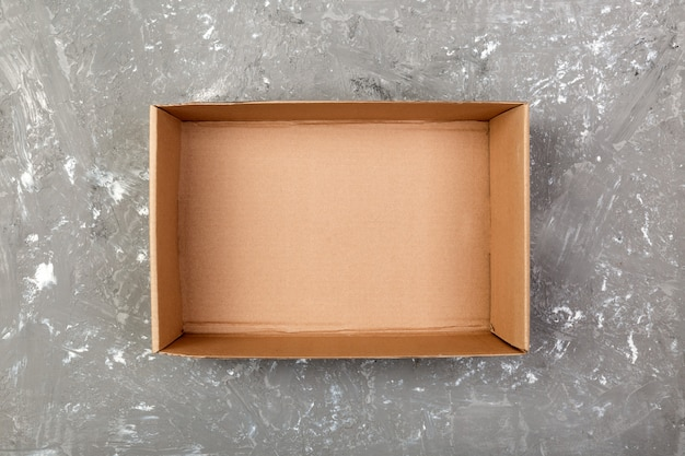 Geöffnete braune leere pappschachtel