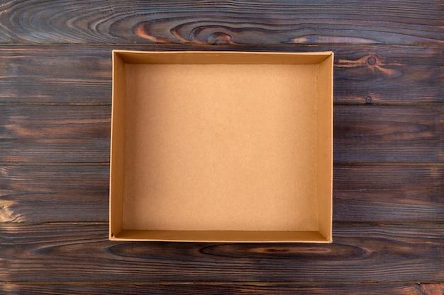 Geöffnete braune pappschachtel