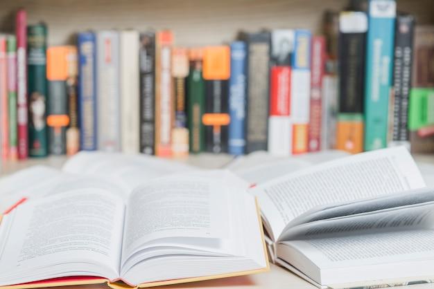 Geöffnete bücher in der bibliothek