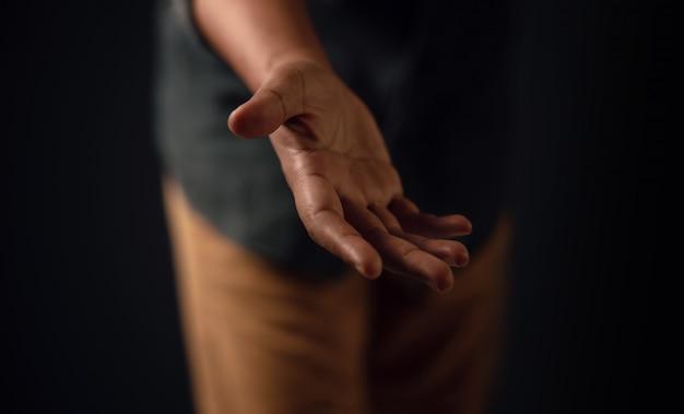 Geöffnete hand, die hilfe gibt. junger mann, der eine helfende hand anbietet.