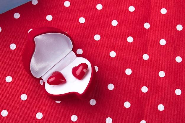 Geöffnete rote schmuckschatulle in form eines romantischen geschenkkonzepts in herzform