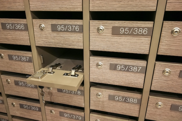 Geöffnete schließfach-postfächer, um ihre informationen, rechnungen, postkarten, post usw. sowie die bestimmungen für eigentumswohnungen für postfächer aufzubewahren