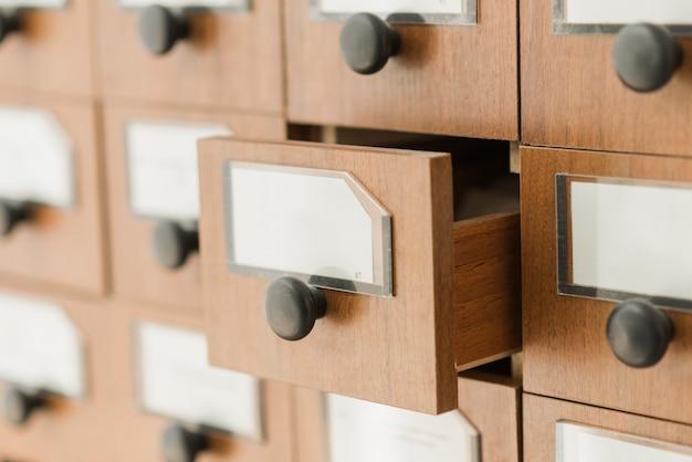 Geöffnete schublade des bibliothekskatalogs