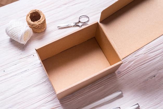 Geöffneter brauner karton