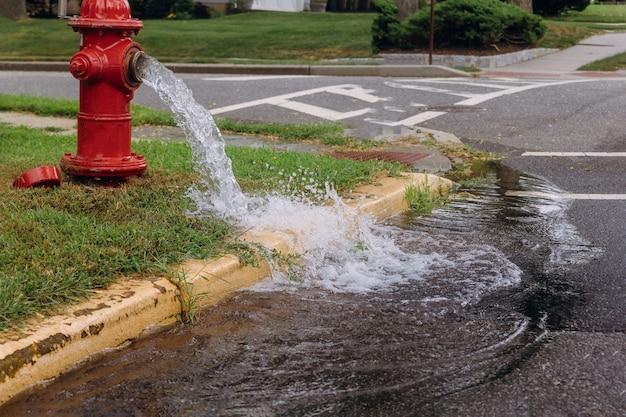 Geöffneter hydrant später leckspray in offenen hydranten der bewohner