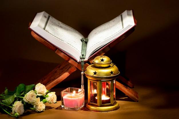 Geöffneter koran auf heiligem buchstand