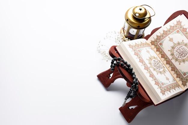 Geöffneter koran mit exemplarplatz