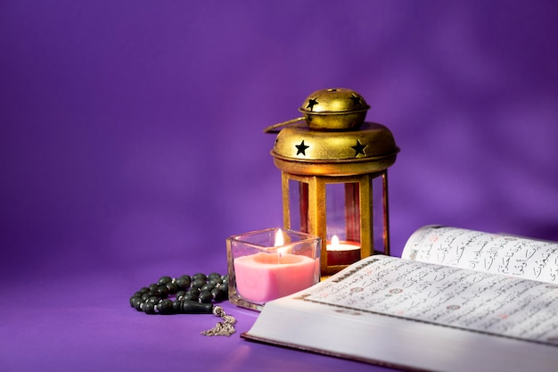 Geöffneter koran mit spirituellen elementen