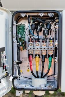 Geöffneter spannungswechselrichter an der rückseite des solarpanels
