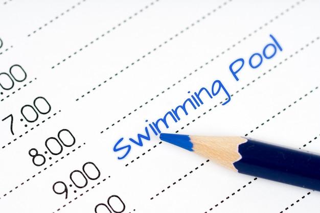 Geöffneter tagesplan mit blauem text schwimmbad