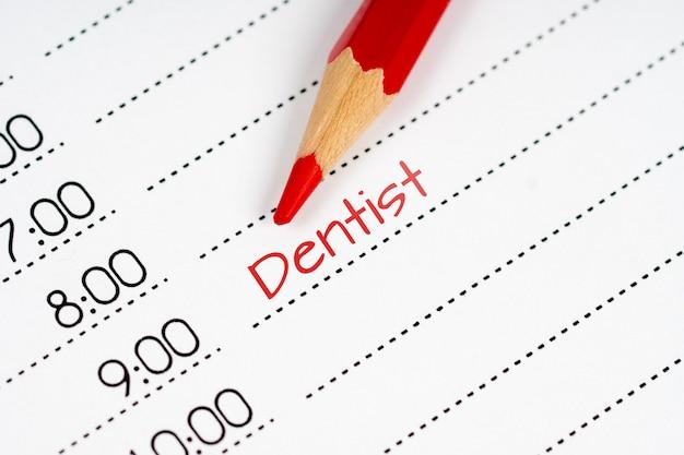 Geöffneter tagesplan mit rotem text zahnarzt