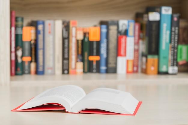 Geöffnetes buch in der bibliothek