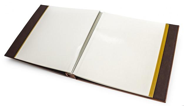 Geöffnetes buch mit leerseiten auf einem weißen hintergrund