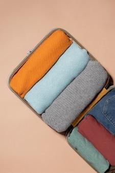 Geöffnetes gepäck mit gefalteten kleidern
